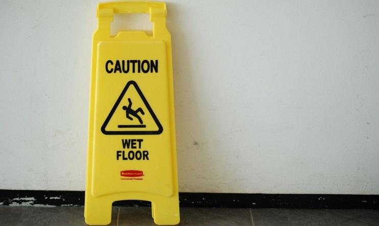 alerta por suelo mojado