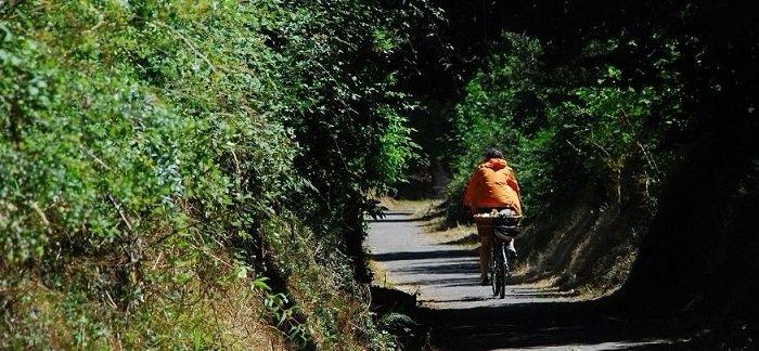 ruta en bici via verde de los ojos negros